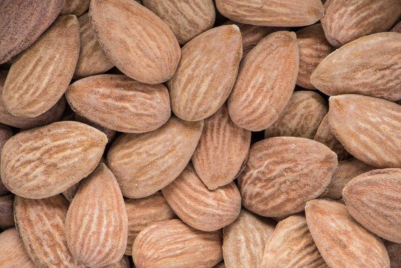 antioxidant-containing raw almonds